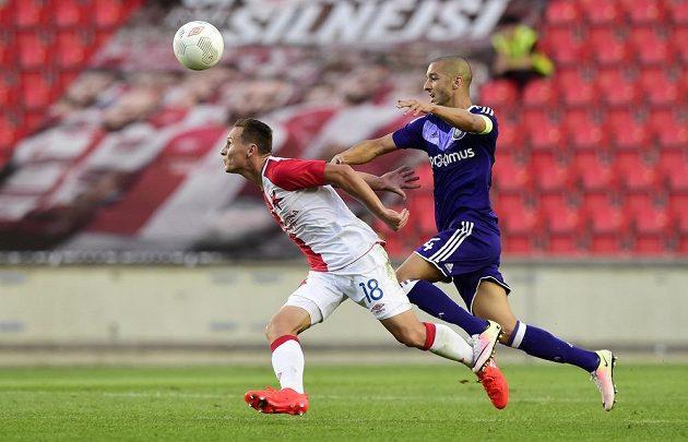 Slávista Jan Bořil (vlevo) v souboji se Sofianem Hannim z Anderlechtu v úvodním duelu play off Evropské ligy.