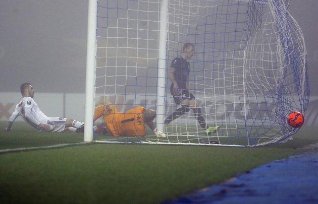 Záložník Mislav Oršič dává třetí gól chorvatského týmu. Brankář Martin Chudý byl bezmocný.