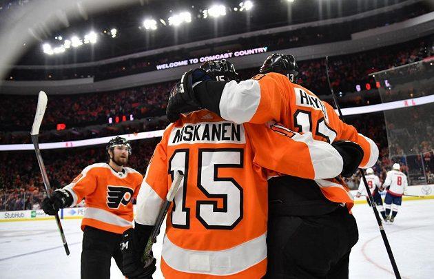 hokejisté Philadelphie se radují z branky