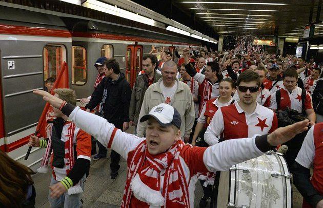Někteří slávističtí fanoušci se na derby přepravili raději metrem.