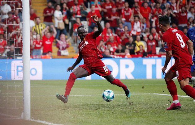 Sadio Mané (vlevo) z Liverpoolu vyrovnává v souboji s Chelsea.