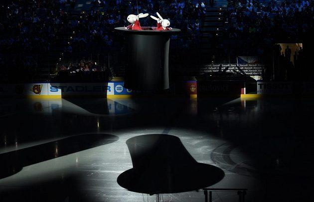 Králíci z klobouku Bob a Bobek při slavnostním zahajení hokejového mistrovství světa v Praze.