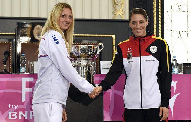 Česká tenistka Petra Kvitová (vlevo) a Andrea Petkovičová z Německa během losování finále Fed Cupu dne 7. listopadu 2014 na Staroměstské radnici v Praze.