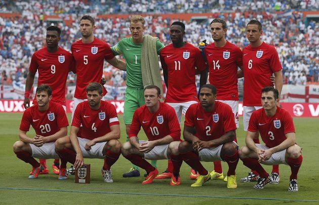 V dolní řadě zleva Lallana, Gerrard, Rooney, Johnson, Baines. Nahoře pak stojí Sturridge (9), Cahill, Hart, Welbeck, Henderson a Jagielka. Takto vypadalo mužstvo, které vedl Gerrard jako kapitán do přípravy s Hondurasem.