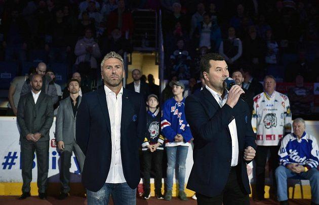 Před extraligovým zápasem mezi Libercem a Spartou byl slavnostně vyvěšen ke stropu haly dres útočníka Petra Nedvěda (vlevo v popředí). Během kariéry si zahrál i za Spartu.