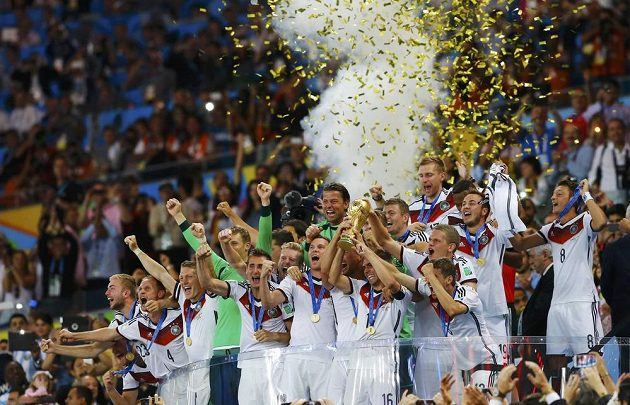 Obrovská radost německého týmu na stadiónu v Riu. Svěřenci trenéra Joachima Löwa udolali ve finále Argentinu a slaví titul.