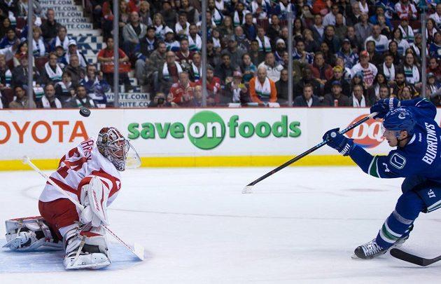 Český brankář Petr Mrázek z Detroitu Red Wings zasahuje proti střele Alexandreho Burrowse z Vancouveru v zápase NHL.