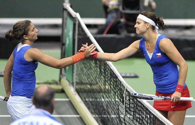 Lucie Šafářová (vpravo) si po vyhraném zápase podává ruku se svou soupeřkou Sarou Erraniovou.