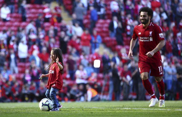 Pětiletá Makka, dcera liverpoolského kanonýra Mohameda Salaha, si hraje s míčem na trávníku po skočení posledního kola Premier League. Reds na mistrovský titul nedosáhli.