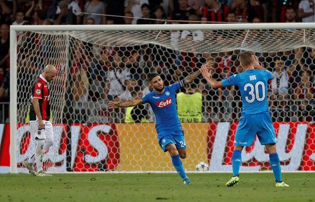 Neapolský Lorenzo Insigne slaví svůj gól do sítě Nice.