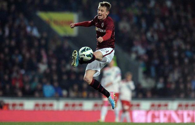 Ladislav Krejčí ze Sparty zpracovává míč v utkání s Plzní.