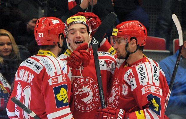 Třinečtí (zleva) Tomáš Linhart, Marek Růžička a Rostislav Klesla se radují z gólu.