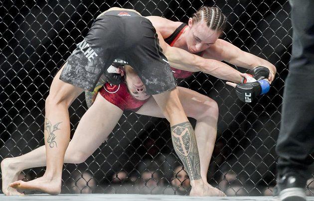 Zápas v kategorii muší váha: Lucie Pudilová z České republiky (vpravo) a Liz Carmoucheová z USA na Večeru smíšených bojových umění UFC Fight Night Prague. Pudilová nakonec prohrála, ale nezklamala.