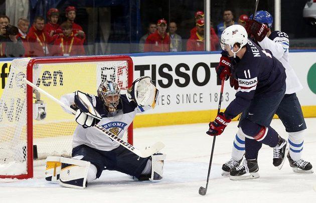Američan Brock Nelson před finským brankářem Pekkou Rinnem.