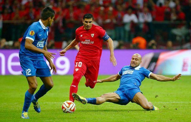 Kapitán Sevilly José Antonio Reyes proti dvojici bránících hráčů Dněpru.