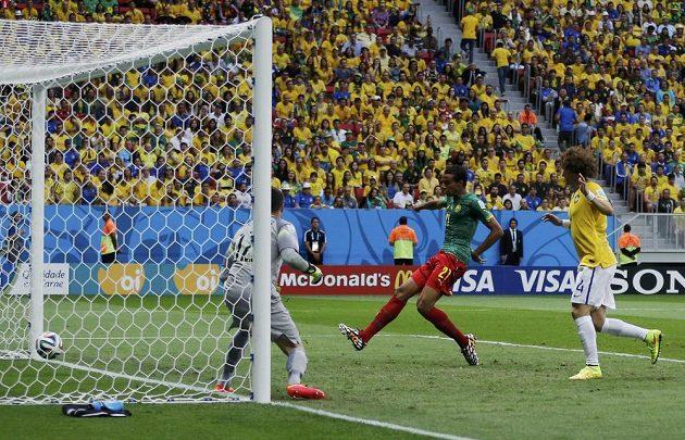 Kamerunec Joel Matip (21) střílí gól proti Brazílii.