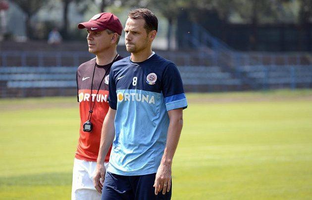 Záložník Sparty Marek Matějovský (vpředu) a trenér Vítězslav Lavička během prvního tréninku před novou sezónou.