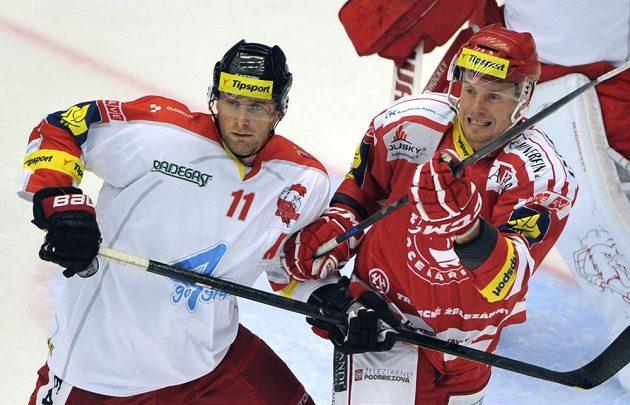 Zleva olomoucký Pavel Skrbek a třinecký Martin Adamský.