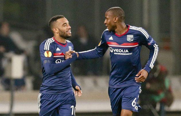 Hráči Lyonu Alexandre Lacazette (vlevo) a Gueida Fofana slaví gól proti Plzni.