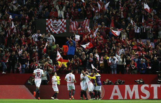 Fotbalisté Sevilly oslvavují gól v odvětě proti Šachtaru Doněck.