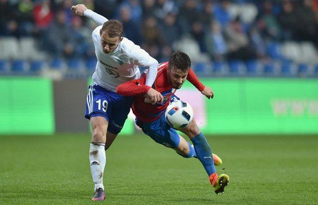 Jan Chramosta z Mladé Boleslavi (vlevo) a Jakub Hromada z Plzně v souboji o míč.