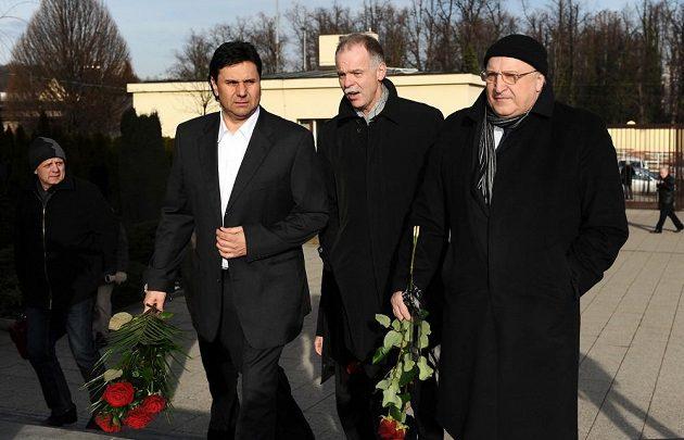 Zleva Vladimír Růžička a Slavomír Lener se přicházejí rozloučit s hokejovou legendou Karlem Gutem.
