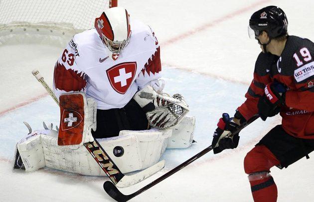 Švýcarský gólman Leonardo Genoni likviduje jeden z kanadských pokusů