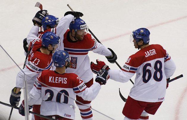 Čeští hokejisté se radují s gólu proti USA ve čtvrtfinále MS.
