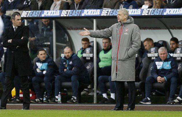"""Trenér Arsenalu Arséne Wenger (vpravo) se diví verdiktu rozhodčího v zápase proti Swansea. Vlevo stojí lodivod """"Labutí"""" Paul Clement."""