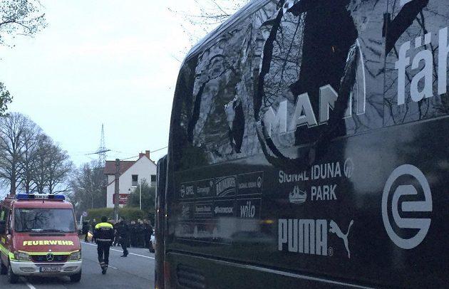 Poškozené okno autobusu Dortmundu po explozi před zápasem Ligy mistrů s Monakem.