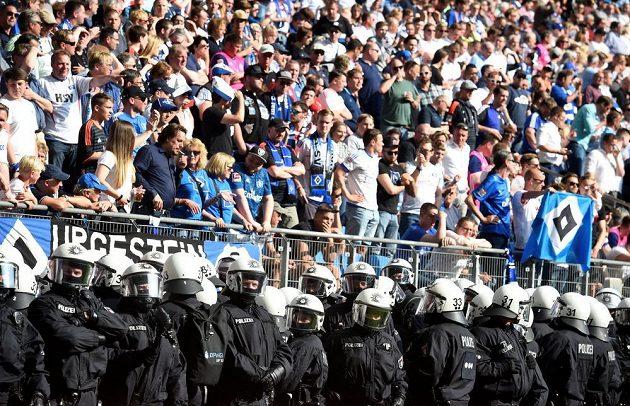 Fanoušky v Hamburku musela při závěrečném bundesligovém kole krotit policie.