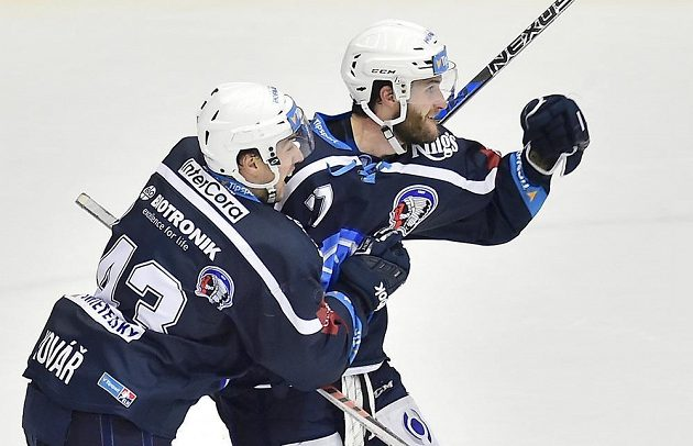 Plzeňští hokejisté Jan Kovář a Jan Eberle se radují z gólu.