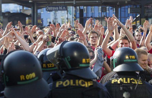 Policie dohlíží před zápasem v Ostravě na sparťanské fanoušky.