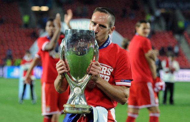 Nejlepší hráč Evropy a Bayernu Mnichov Franck Ribéry s trofejí pro vítěze Superpoháru.