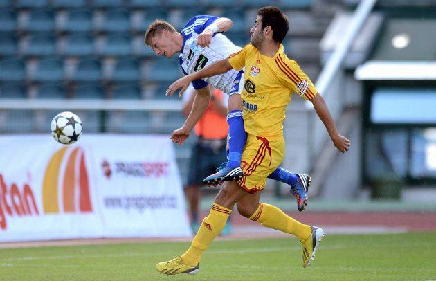 Znojemský Patrik Hrošovský (vlevo) v souboji s Albiachem Néstorem během utkání 1. kola Gambrinus ligy na Julisce.