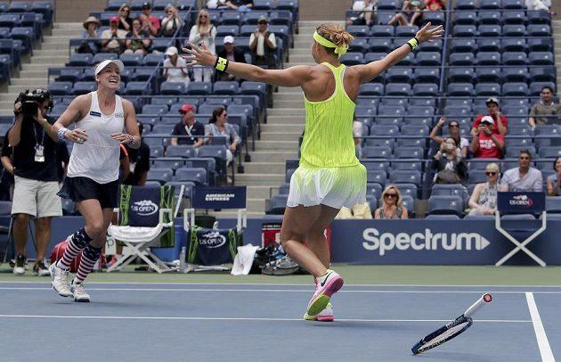 Bethanie Mattekové-Sandsové a Lucii Šafářové se ve finále US Open podařil velký obrat.
