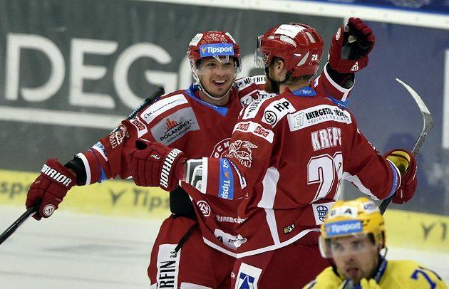 Hráči Třince se radují z gólu ve Zlíně.