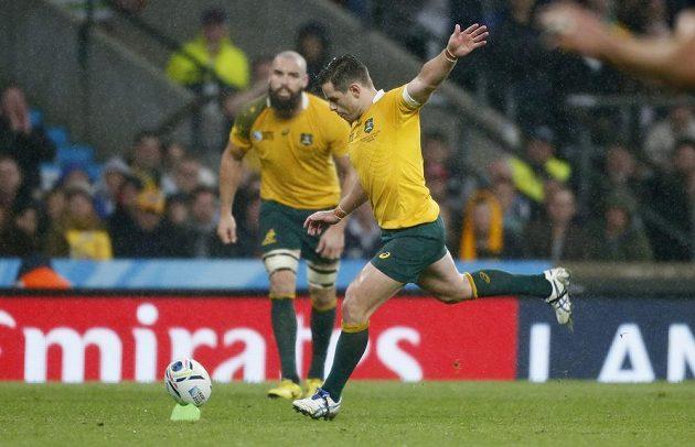 Australský ragbista Bernard Foley při kopu v utkání se Skotskem.