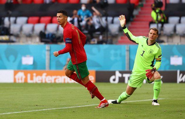 Portugalec Cristiano Ronaldo se raduje z branky do sítě Německa v utkání Skupiny F mistrovství Evropy ve fotbale proti Německu. Vzadu gólman Němců Manuel Neuer.