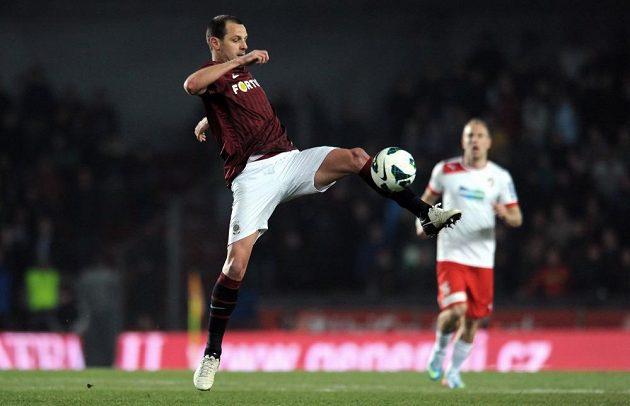 Marek Matějovský zpracovává míč v utkání s Plzní.