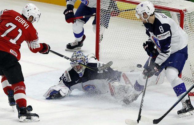 Švýcarský hokejista Enzo Corvi střílí gól do sítě Francie v utkání mistrovství světa.