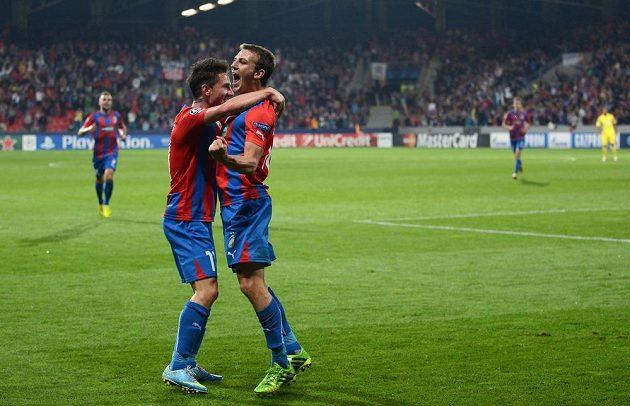 Hráči Plzně Milan Petržela (vlevo) a Vladimír Darida se radují ze vstřelení gólu proti Mariboru.