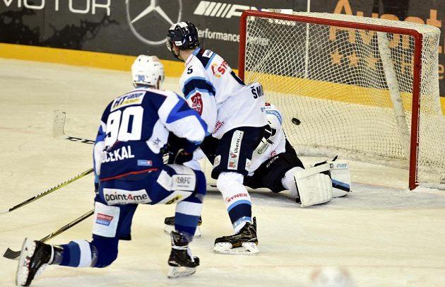 Martin Dočekal z Brna dává gól. Uprostřed je Ladislav Šmíd z Liberce.