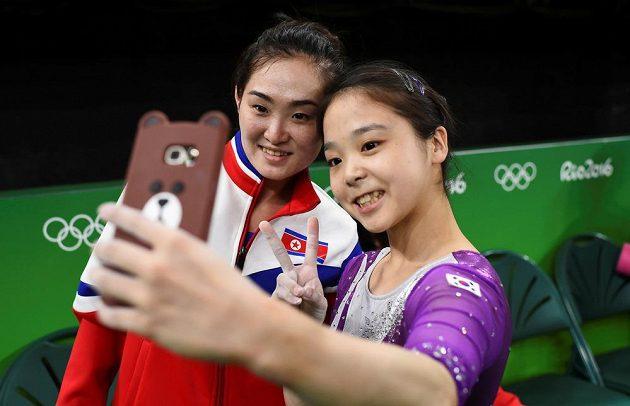 Když tedy pořád máme to příměří... Jihokorejská sportovní gymnastka Lee Eun-Ju (vpravo) si udělala selfie z Hong Un Jong z KLDR. To budou mít doma radost.