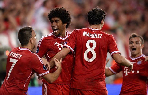 Hráči Bayernu Mnichov zleva Ribéry, Dante, Martínez a Shaqiri oslavují vyrovnávací gól během utkání Superpoháru s Chelsea.