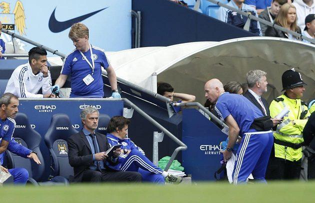 Fyzioterapeut Steve Hughes (vpravo) a konzultant v oblasti sportu a tělovýchovného lékařství Chris Hughes při zápase Chelsea s Manchesterem City, José Mourinho (na lavičce s deskami) po minulém kole zakázal přístup na lavičku lékařce Evě Carneirové.