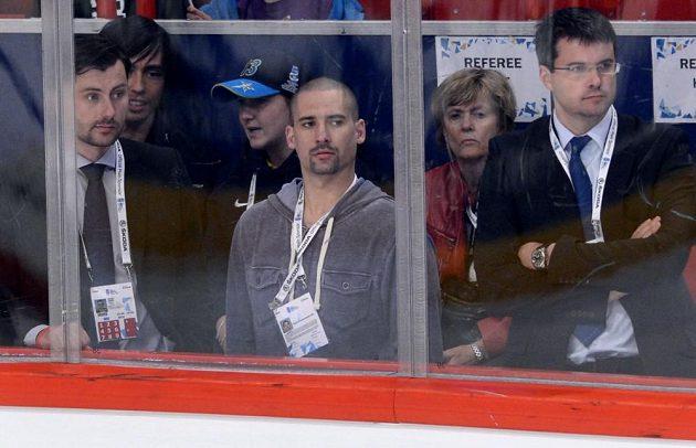 Utkání proti Kanadě sledoval útočník Tomáš Plekanec (uprostřed), který přiletěl z Montrealu, aby posílil český tým na MS.