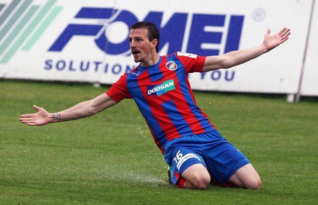 Plzeňský Vladimír Darida oslavuje první gól proti Hradci.