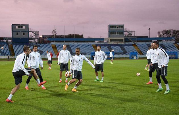 Fotbalisté Sparty Praha během předzápasového tréninku před utkáním základní skupiny Evropské ligy se Slovanem Bratislava na stadiónu Pasienky v Bratislavě.