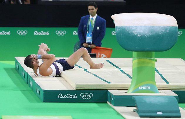Francouzský gymnasta Samir Ait Said po nešťastném dopadu v přeskoku.